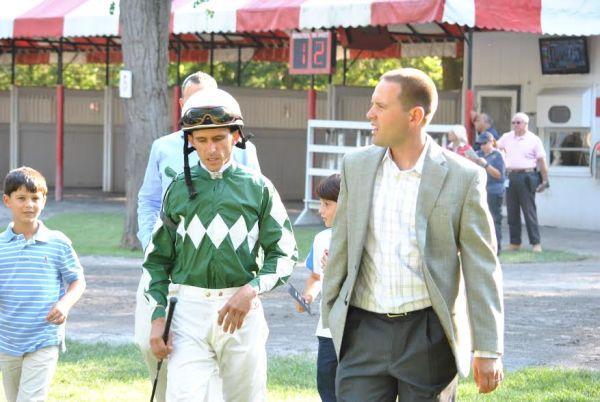 Domínguez junto al entrenador Chad Brown, en Saratoga (Gonzalo Anteliz Jr.)